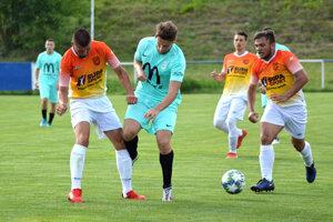 Futbalisti Ivanky (v oranžových dresoch) už nebudú ďalej účinkovať v piatej lige.