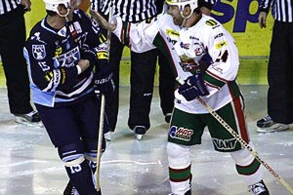Zvítanie Jozefa Stümpela so svojím bývalý spoluhráčom Žigmundom Pálffym pred prvým buly bolo priateľské.