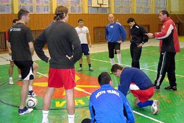 Milan šándor (úplne vpravo) sa chopil trénerskej taktovky vo Vrábľoch