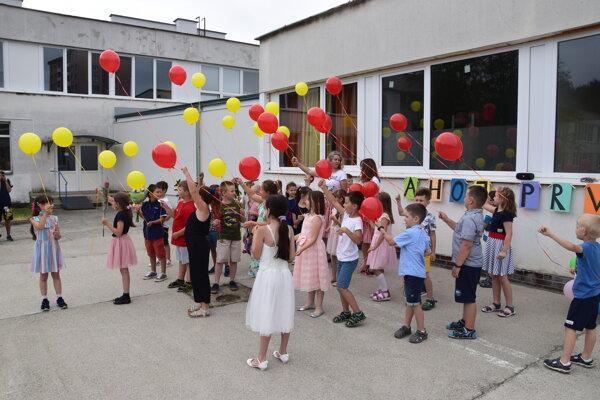 V prvý školský deň prváčikov zo ZŠ s MŠ na Ul. J. V. Dolinského privítali balóny, nemohli chýbať ani na konci školského roku.