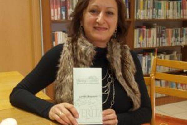 Gabriela Molnárová s knihou veršov, ktoré venovala svojmu manželovi.