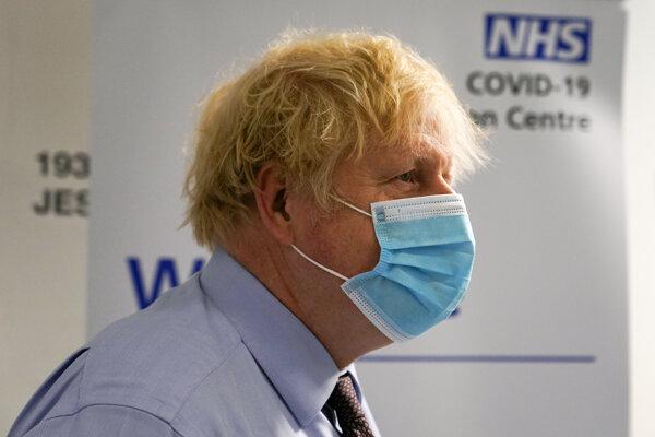 Premiér Boris Johnson dúfa, že ďalšia vlna bude napriek uvoľneniu miernejšia.