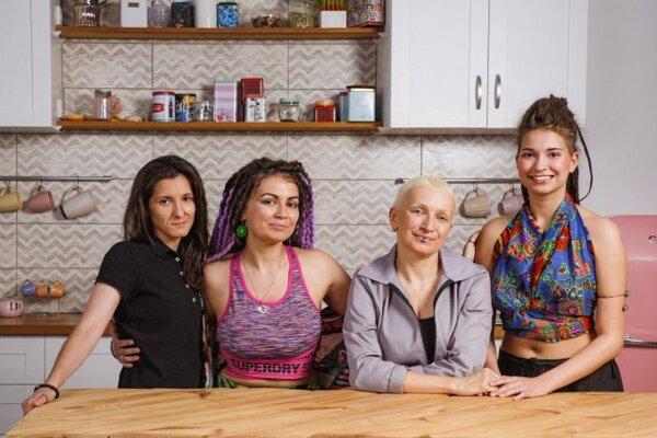 Internetová reklama potravinového reťazca VkusVill, v ktorej ich výrobky propaguje lesbická rodina.