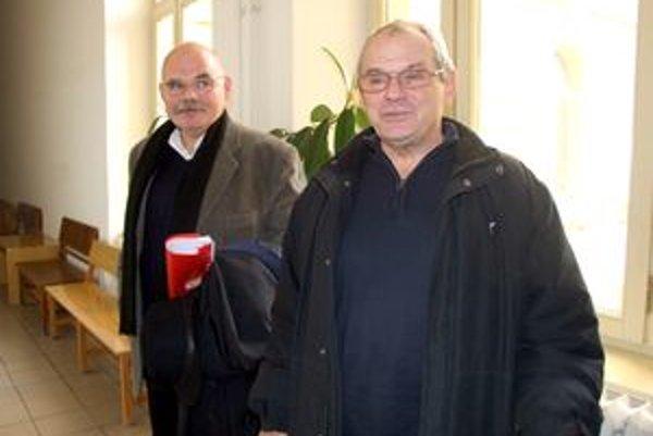 Milan Kňažko so svojím obhajcom na nitrianskom súde.