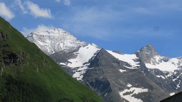 Celý Grosses Wiesbachhorn (vľavo) sa mi podarilo cvaknúť až pri odchode z údolia.