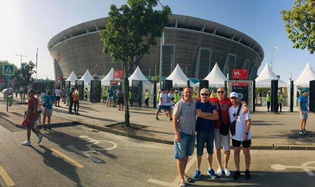 T. Bednár (úplne vľavo) s partiou kamarátov pred štadiónom Ferenca Puskása
