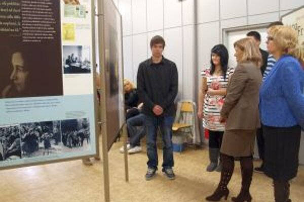 Výstava v Golianovskom gymnáziu potrvá do 16. decembra.