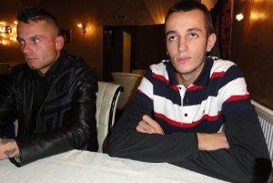Alfréd Ženčák, predseda petičného výboru (vpravo) a Tomáš Koniar patria do skupiny obyvateľov Pohraníc, ktorí sa rozhodli proti automatom bojovať.