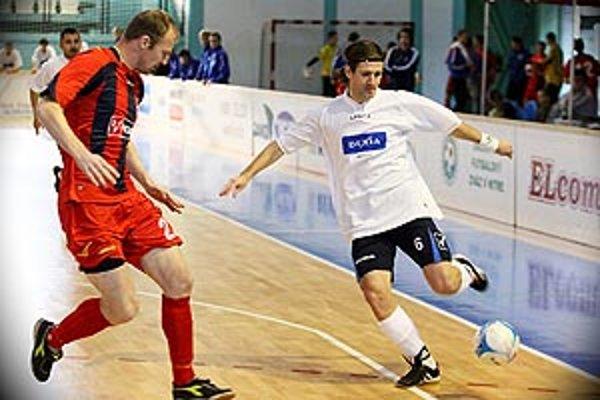 Pred rokom sa z nečakaného prvenstva tešili Vráble. Na snímke Nozdrovický (vpravo) a vionista Farkaš.