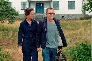 Vicky Krieps a Tim Roth vo filme Bergman Island.