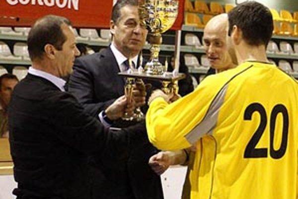 Víťaznú trofej odovzdávali Jozef Dvonč a Ladislav Gádoši.