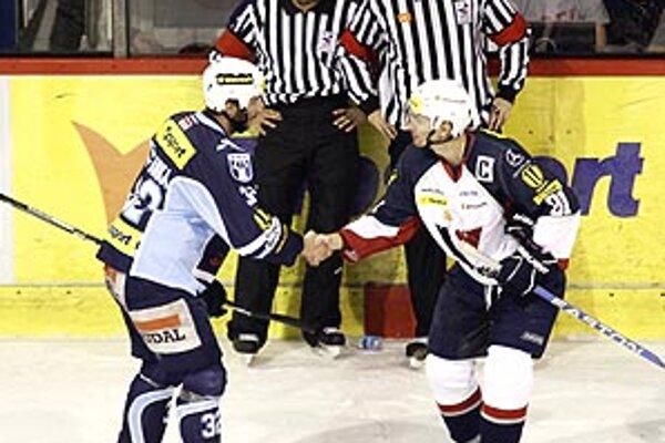 Rozhodca Baluška (vzadu vpravo) opäť brnkal na nervy nitrianskym fanúšikom.