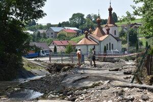 Len nedávno sa povodeň prehnala obcou Jarabina. Zničené ostali cesty, lávky, domy aj autá.