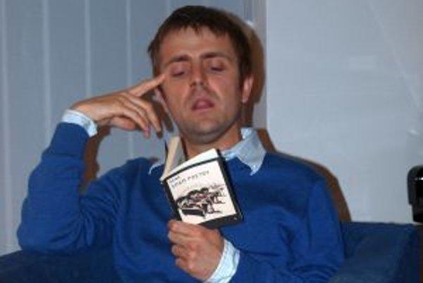 Bene v galérii čítal piesňové texty zo svojej prvej knižky.