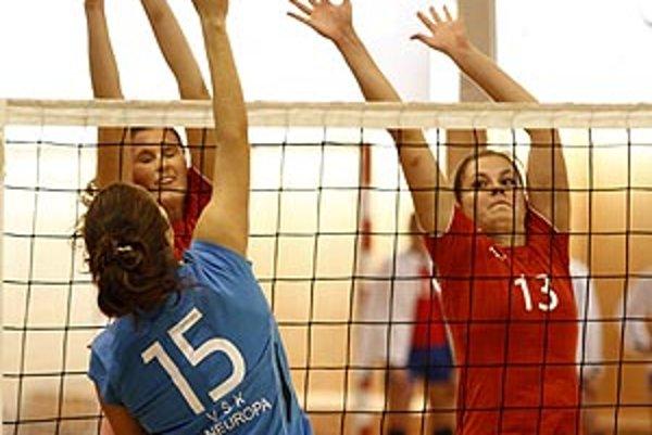Hráčky UKF (v červenom) doma nestačili na Paneurópu.
