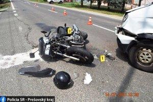 Motocyklista utrpel zranenia, previezli ho do nemocnice.