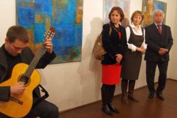 Sprava kurátor Ľubomír Podušel, Alena Čierna, vedúca katedry hudby UKF, ktorá festival organizuje, Katarína Alexyová-Fígerová. Na gitare hrá Karol Kompas.