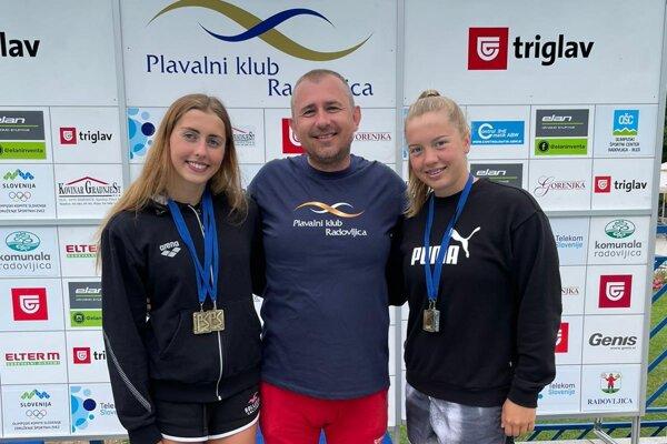 Tréner Karel Procházka s Nikoletou Trníkovou (vľavo) a Laurou Benkovou.