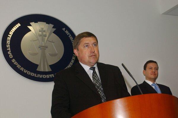 Dušan Kováčik ako špeciálny prokurátor v roku 2010. Za ním vtedajší minister vnútra Daniel Lipšic.