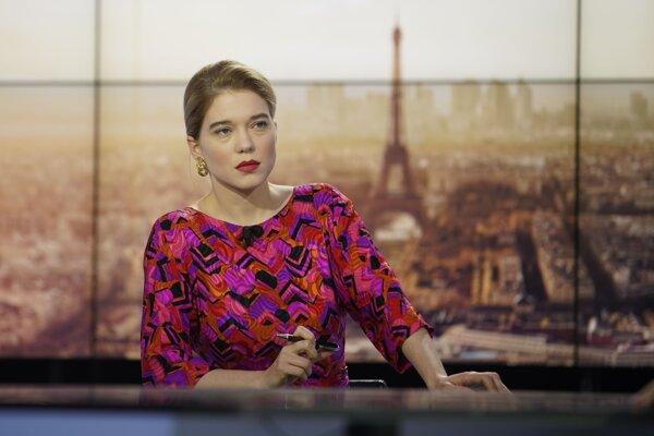 Léa Seydoux vo filme France od režiséra Bruna Dumonta.