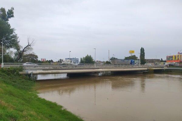 Rieka Nitra v Nových Zámkoch v októbri 2020.