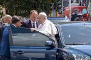 Pápež František po tom, ako ho po operácii hrubého čreva prepustili z nemocnice.