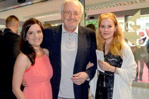 Lasica s dcérami Hankou a Žofkou na otváracom ceremoniáli.
