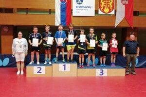 Stolnotenista Filip Stavár na stupňoch pre víťazov
