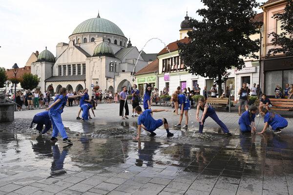 Tanečníci sa pretancovávajú pomedzi návštevníkov počas predstavenia v centre Trenčína. Projekt s názvom Teleso si dal za cieľ priniesť súčasný tanec k ľuďom a poukázať na architektúru mesta.
