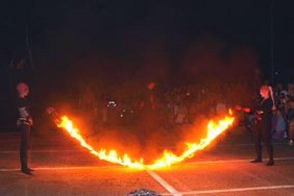 Členovia Amanitas preskakovali cez ohnivé švihadlo.