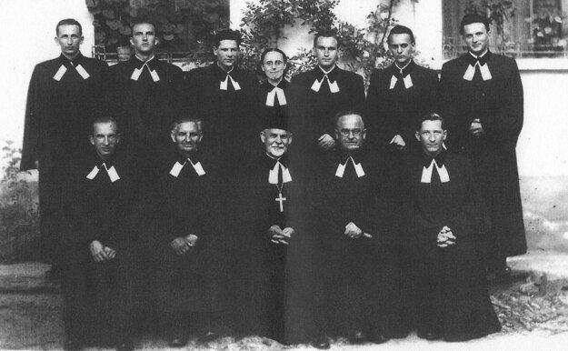 Fotografia z ordinácie v roku 1951. Darina Bancíková stojí uprostred v hornom rade.