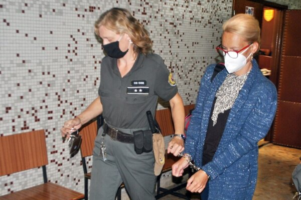 Justičná stráž odvádza odsúdenú Miroslavu Ferkovú do výkonu trestu.
