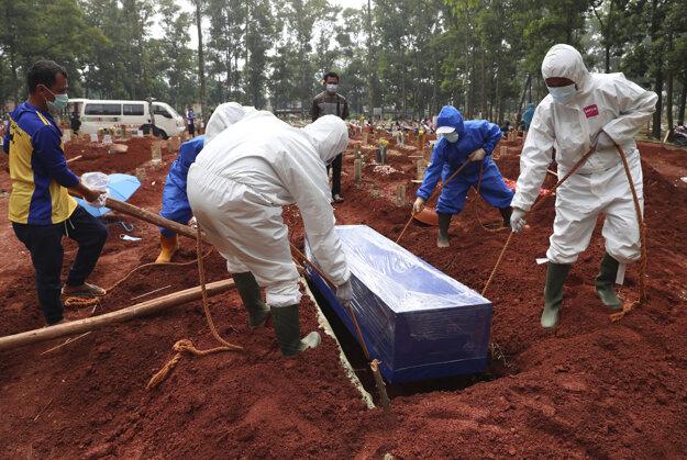 Hrobári a dobrovoľníci pracujú dlho do noci, aby zabezpečili, že ďalšie tisícky obetí covidu bude kam pochovať.
