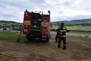 Pomôcť prišli aj hasiči zo Sniny.