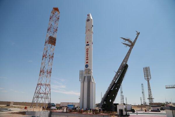 Raketa Proton-M, ktorá vynesie do vesmíru ruský modul Nauka.