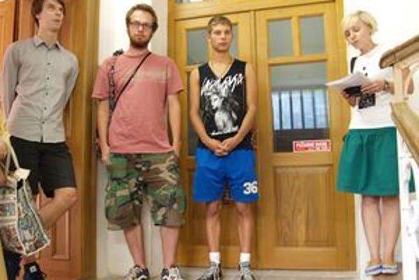 Zľava Alex Zelina, Peter Cvik, Andrej Dúbravský a kurátorka Alexandra Niczová pri otvorení výstavy.
