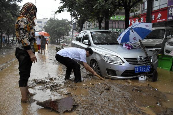 Ľudia bojujú s následkami záplav v čínskej provincii Che-nan.