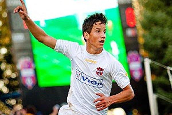 Jakub Paur sa teší zo svojho prvého ligového gólu.