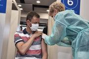 Premiér Heger dostal druhú dávku vakcíny.