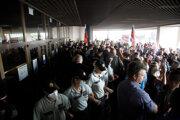 Polícia bráni protestujúcim v snahe dostať sa do budovy parlamentu.