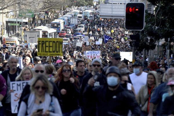 """Tisícky demonštrantov bez rúšok pochodovali centrom Sydney s transparentmi s nápismi ako """"sloboda"""" či """"pravda"""""""