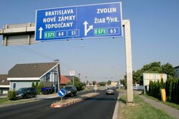 Levická cesta - vpravo (kde je tabuľa) je odbočka do areálu STS.