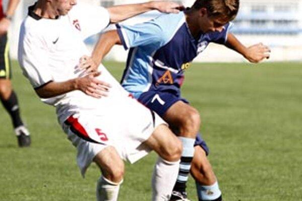 Rezerva Nitry B doma opäť nevyhrala. V modrom autor druhého domáceho gólu Paukner, vľavo hráč Trnavy B Hruška.
