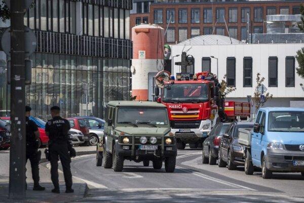 Leteckú bombu zo staveniska na Chalupkovej ulici prevážajú na hasišskom vozidle na zneškodnenie.