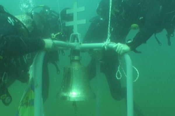 Zvon je asi päťdesiat metrov od brehu. Zazvonia si na ňom všetci úspešní absolventi nitrianskej potápačskej školy.