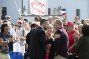 Ľuboš Blaha zo Smeru (vľavo) a Marian Kotleba z ĽSNS prišli podporiť protestujúcich pred budovu Národnej rady.