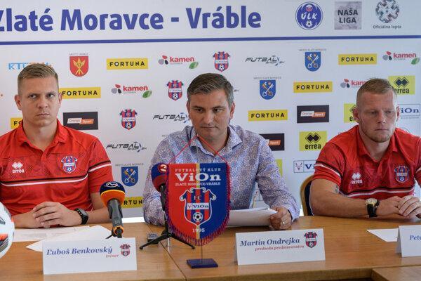 Autority FC ViOn: zľava tréner Ľuboš Benkovský, predseda predstavenstva Martin Ondrejka a nový kapitán Peter Čögley.