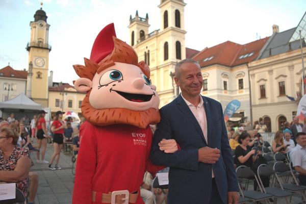 Ján Nosko a maskot podujatia.