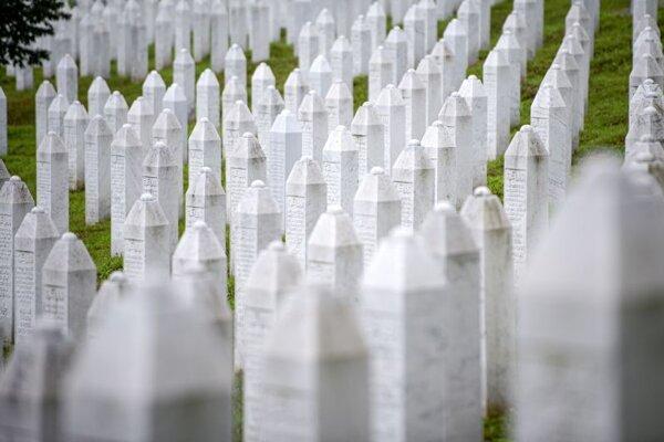 Pohľad na náhrobné kamene na cintoríne v bosnianskej obci Potočari pri Srebrenici 7. júla 2020.