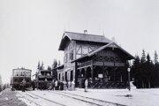 Spoznávate túto stanicu? Dnes je to rušná tatranská lokalita. Áno, ide o Štrbské Pleso.